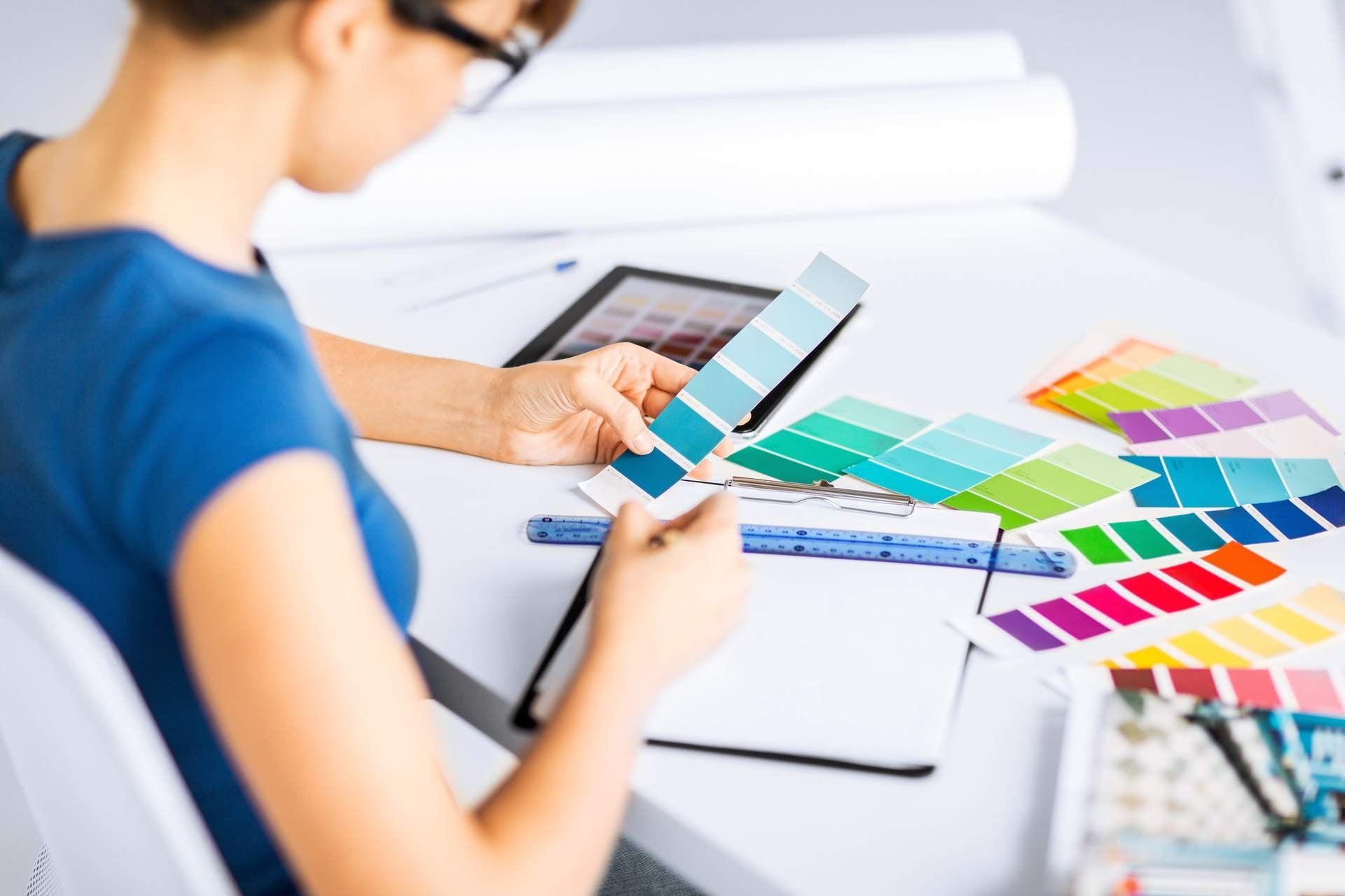 architekt trzyma w rekach wzorniki kolorów