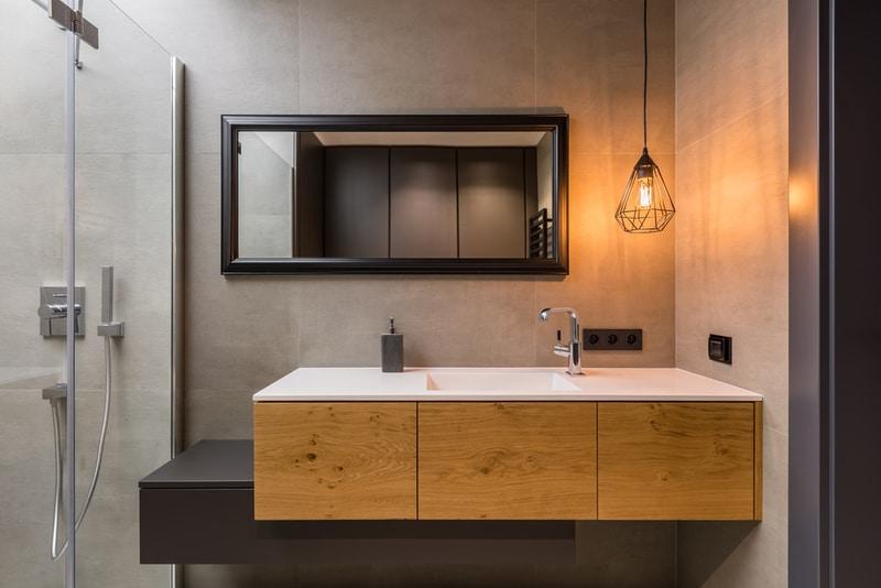 łazienka zdrewnianymi meblami