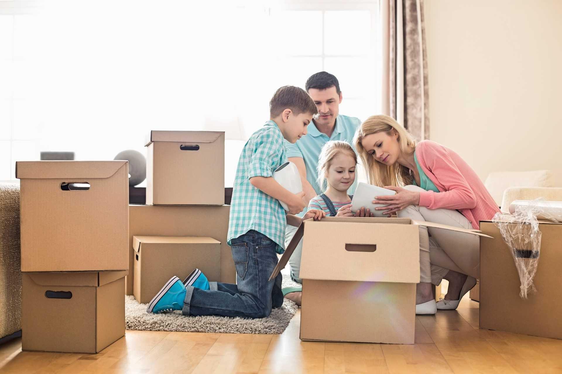 rodzina rozpakowuje kartony