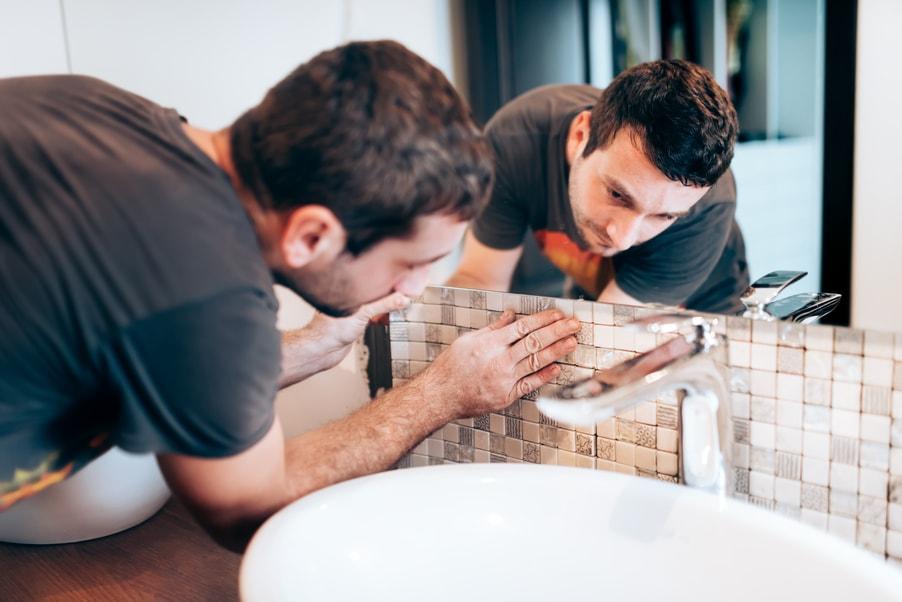 fachowiec remontujący łazienkę