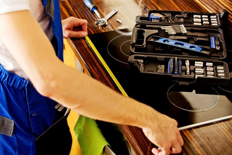 fachowiec remontujący kuchnię