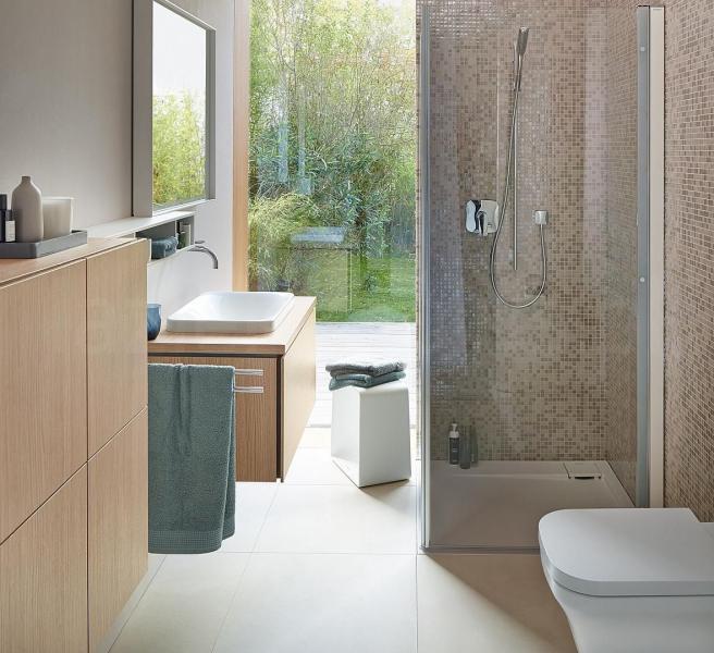 mała łazienka zdrewnem iprysznicem
