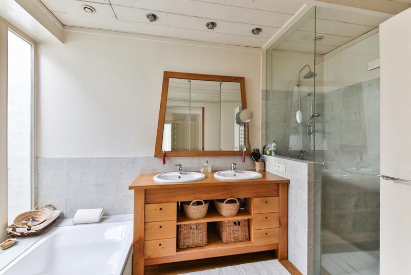 łazienka zdrewnem prysznicem iwanna