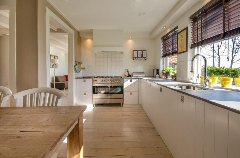biało drewniania duza kuchnia zjadalnią