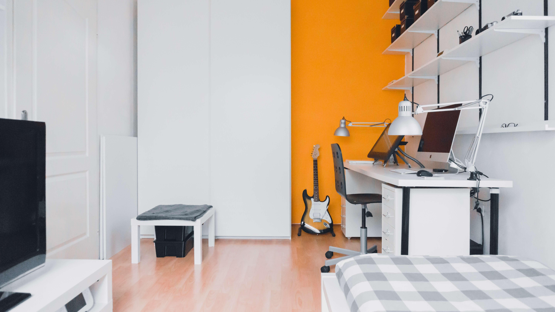 biało pomarańczowy pokój młodzieżowy