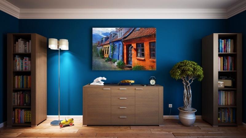granatowa ściana wsalonie zlampą obrazem ikomodą