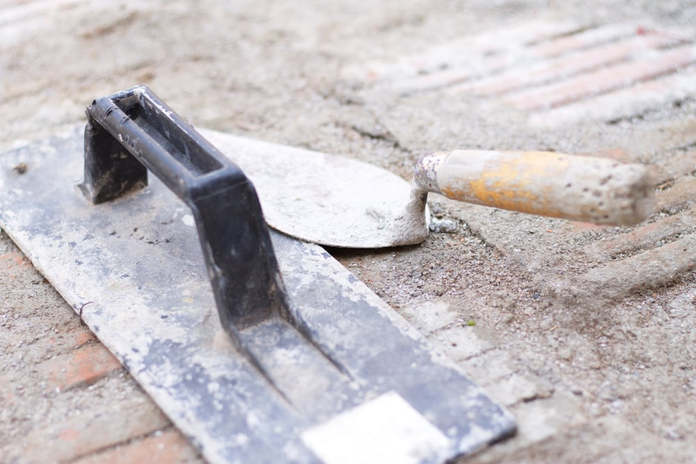 narzędzia do szpachlowania na ziemi