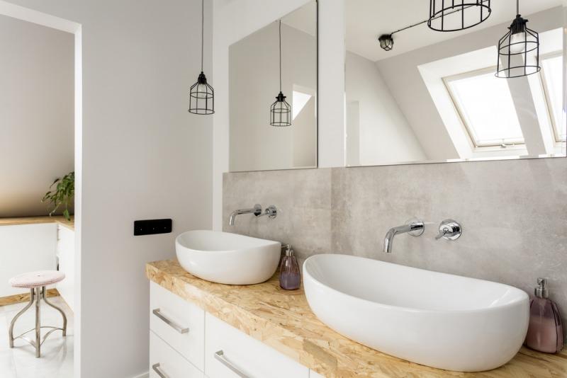nowoczesna łazienka zdrewnianym blatem