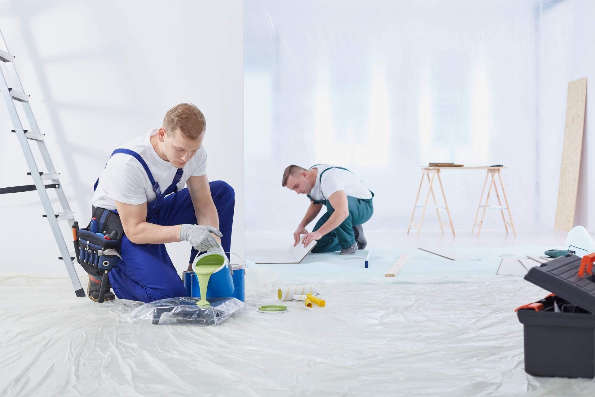 robotnicy wykańczają mieszkanie