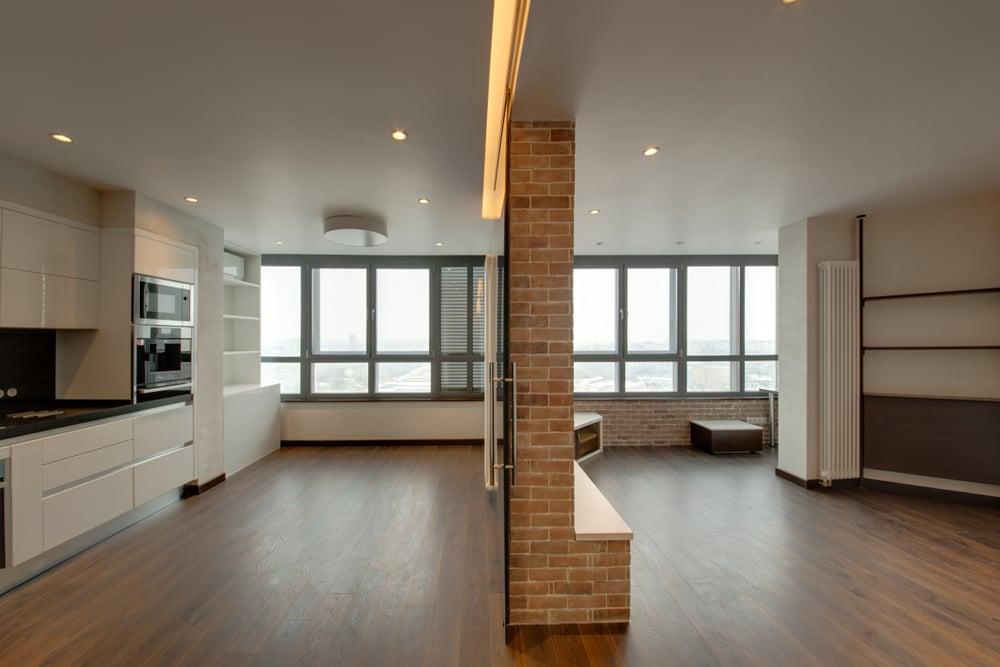 przestronne mieszkanie z drewnianą podłogą