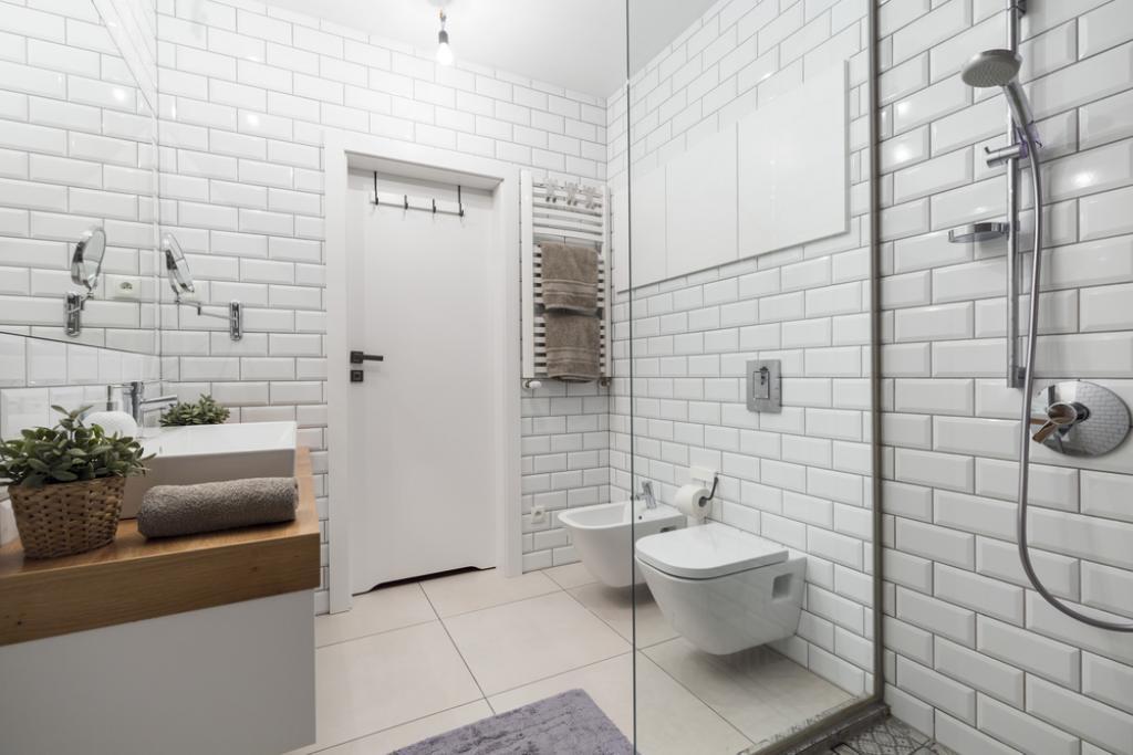 biała łazienka wpłytki metro