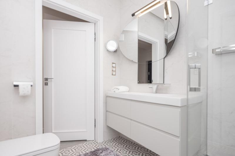 biała łazienka zlustrem