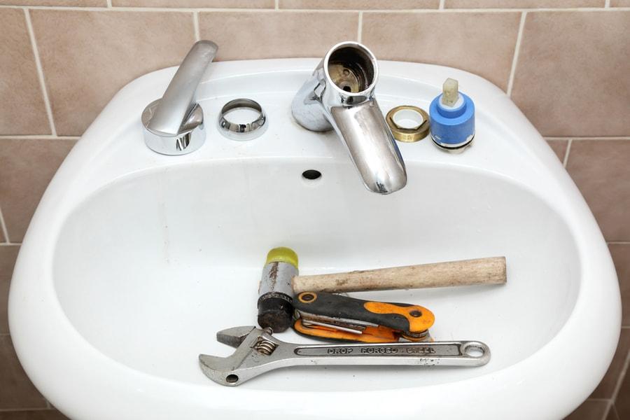 montaż armatury łazienkowej