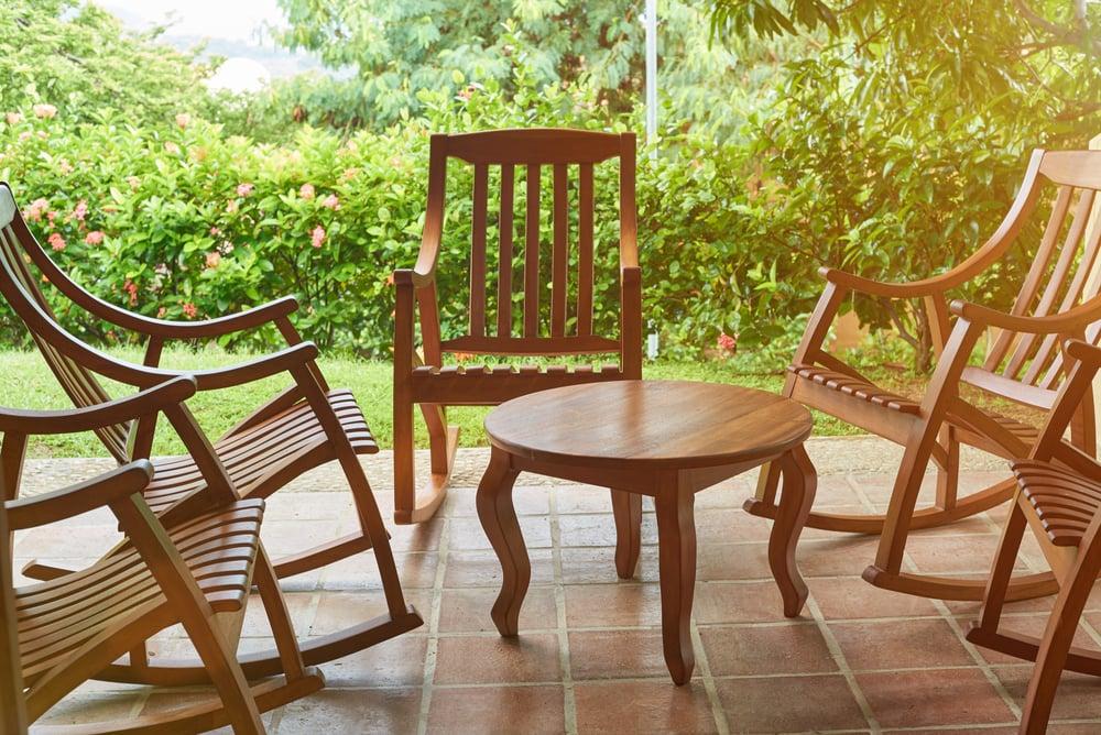 drewniane krzesła i stół na tarasie