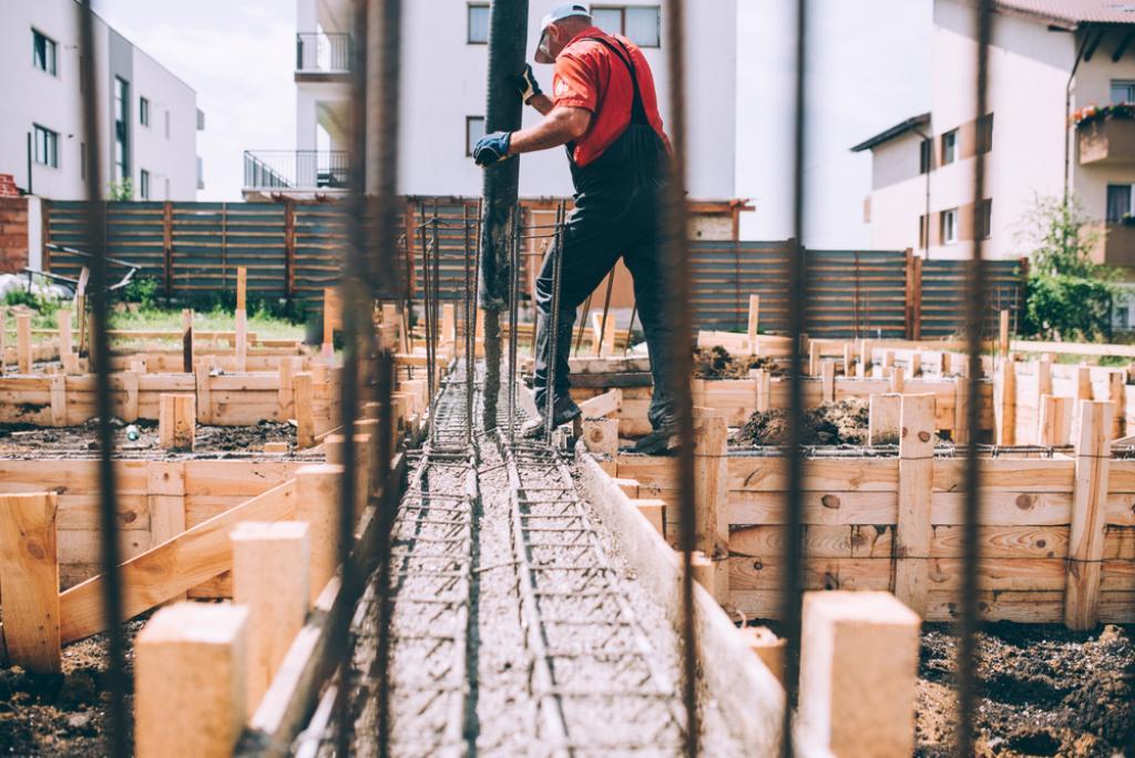 budowlacniec wylewający fundamenty domu