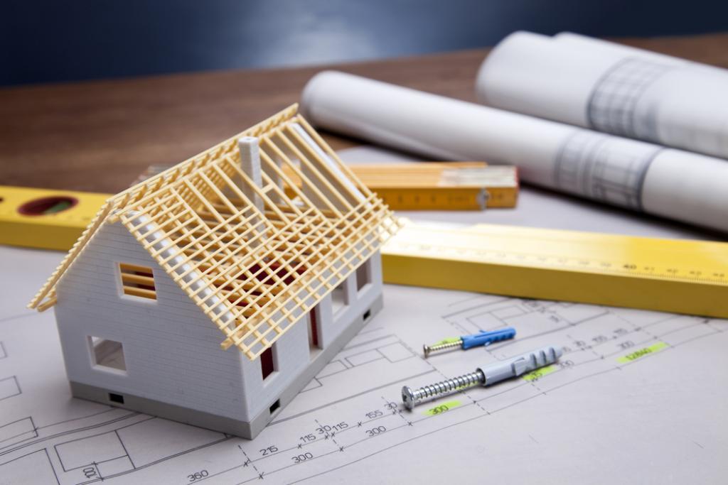 plan budowy domu zminiarurka domu nadrewnianym stole