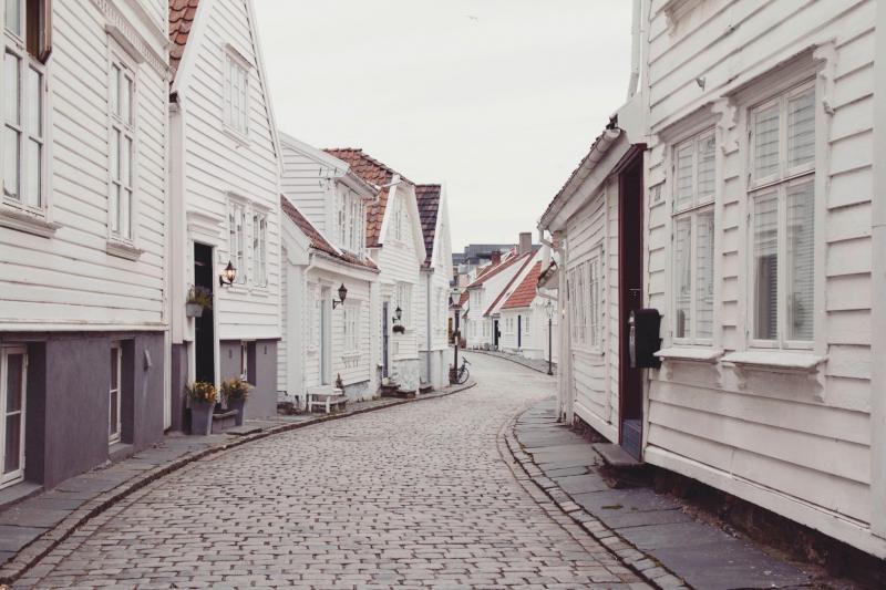 ulica zbiałymi domami