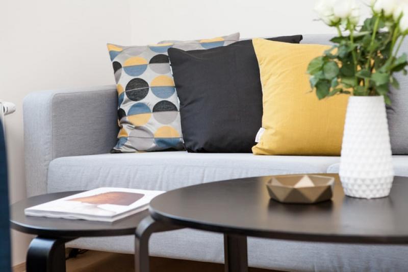 czarny stolik iszara kanapa zkolorowymi poduszkami