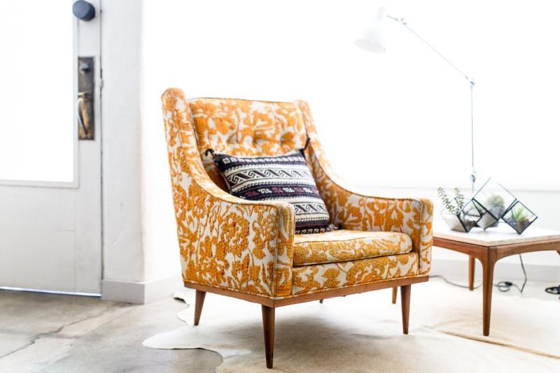 musztardowy fotel we wzory wsalonie