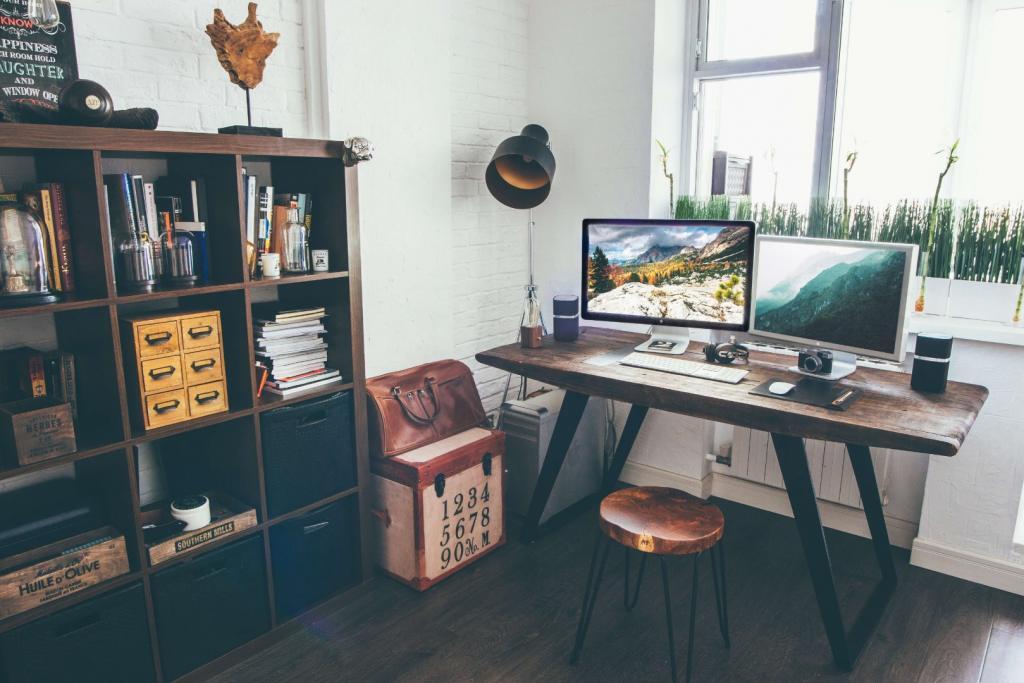 drewniane biurko wgabinecie wstylu rustyklanym