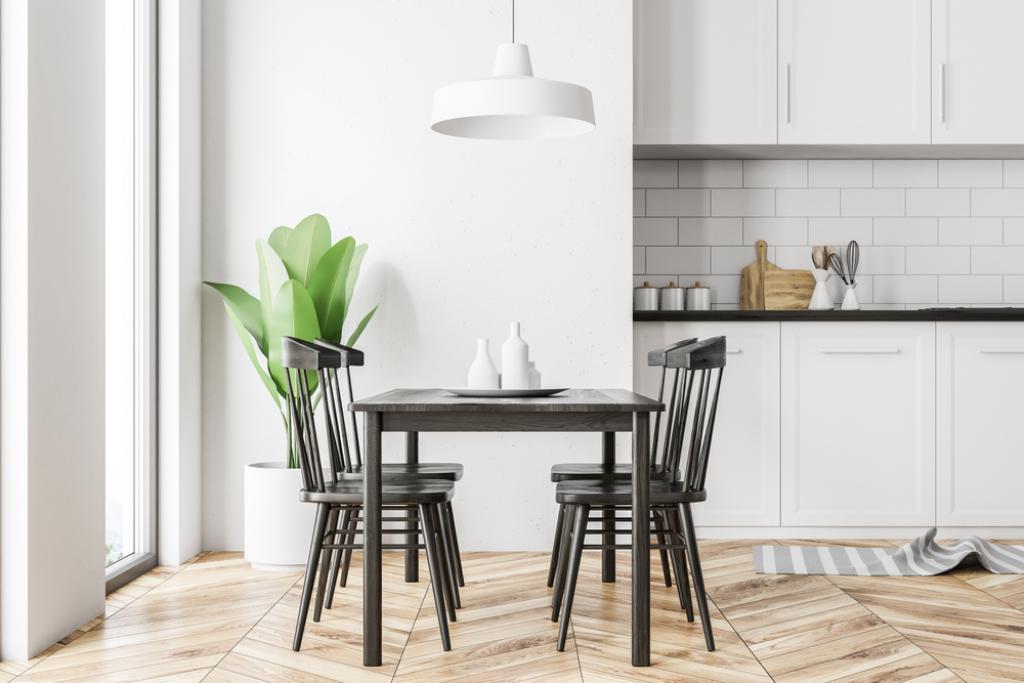 biała kuchnia z czarnymi krzesłami