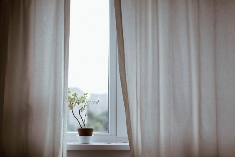 okno zbeżowymi zasłonami