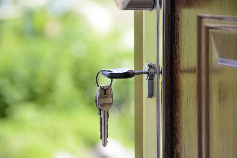 klucz wzamku wdrzwiach