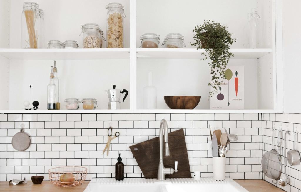 biała kuchnia zpłytkami metro naścianie