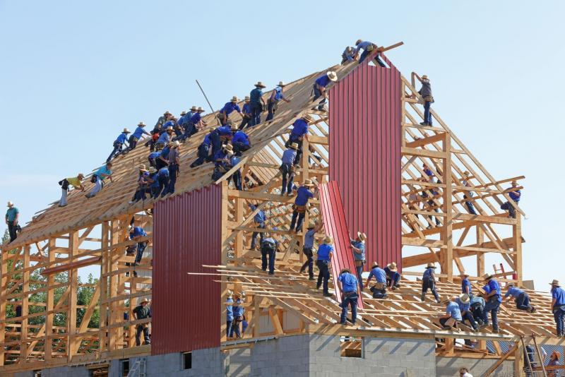 robotnicy budują dom