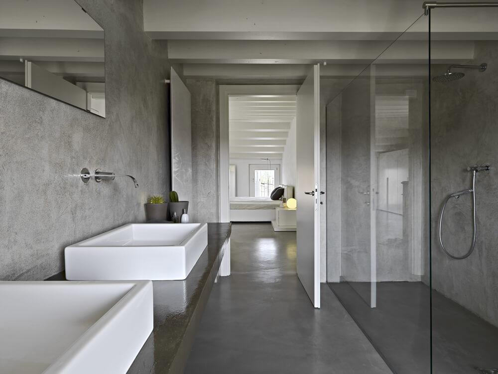 szara łazienka zbetonową podłogą
