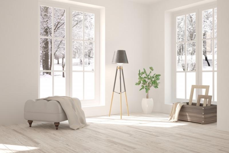 bialy pokój z duzymi oknami