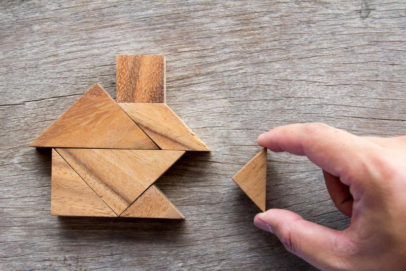 układnie drewnianego domu na stole