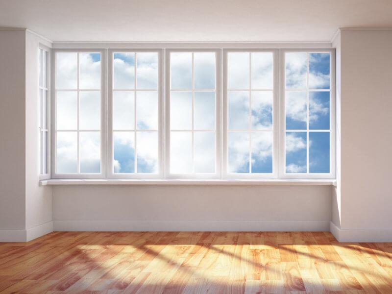 okna na białej ścianie z widokiem na niebo