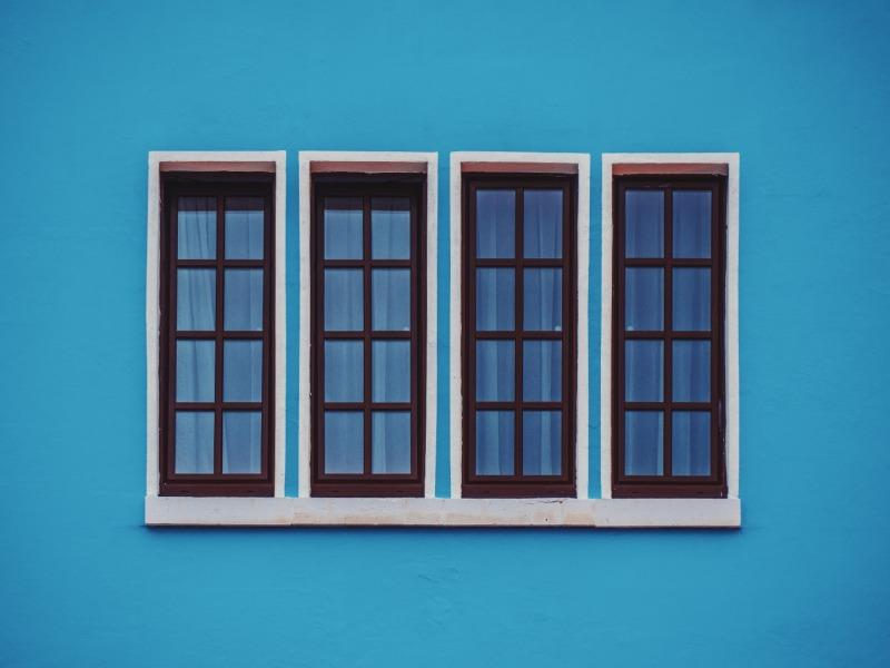 czarne okna naniebieskiej ścianie