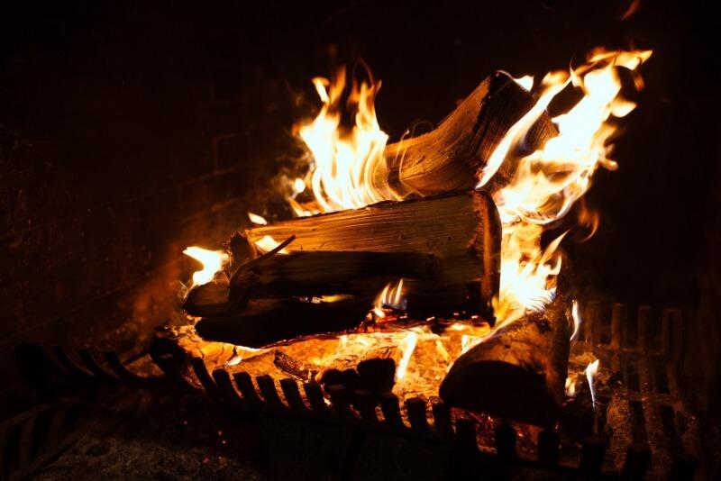 palące się drewno wkominku