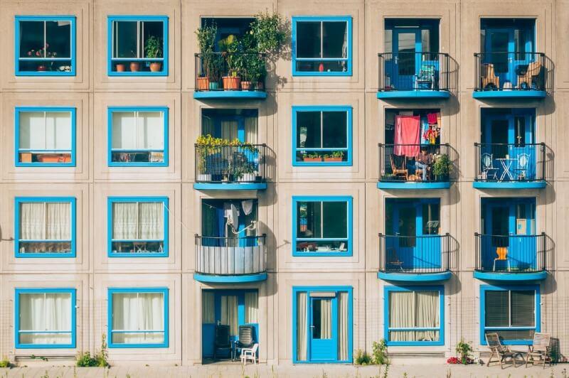 blok z niebieskimi oknami