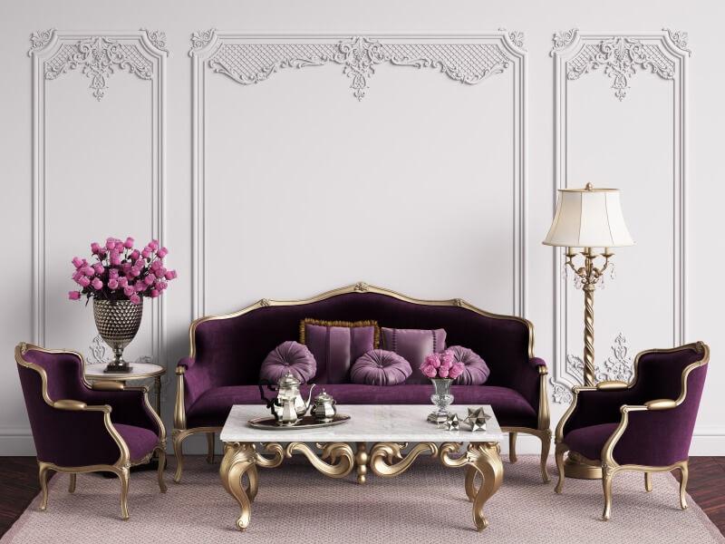 barokowe wnętrze zfioletowymi kanapami