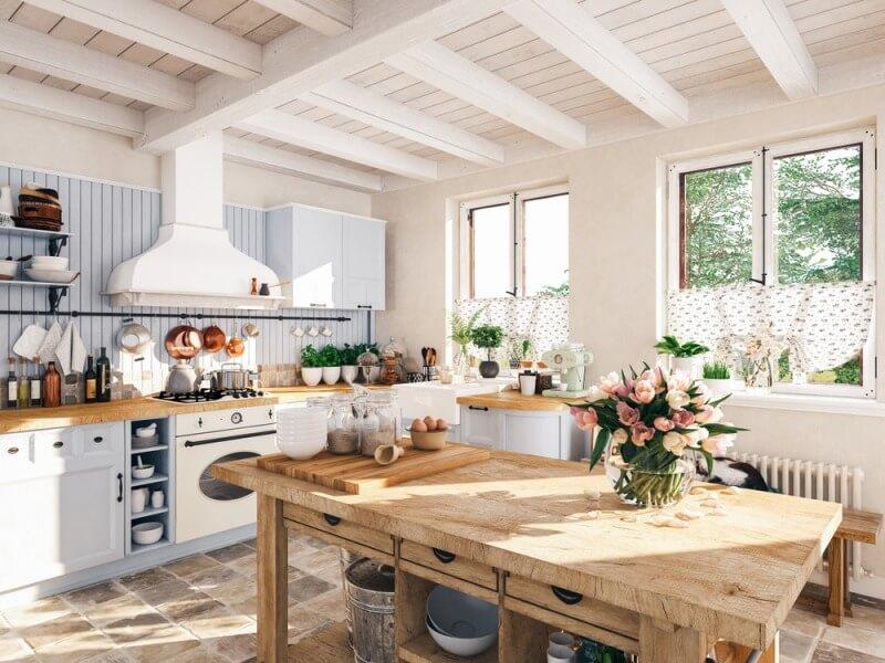 duża kuchnia zdrewnianym stołem ikwiatami