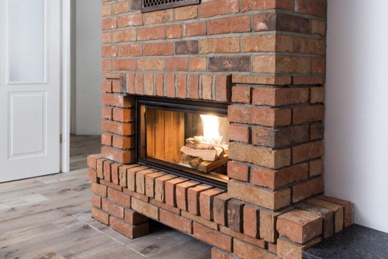 murowany kominek zpalącym się drewnem