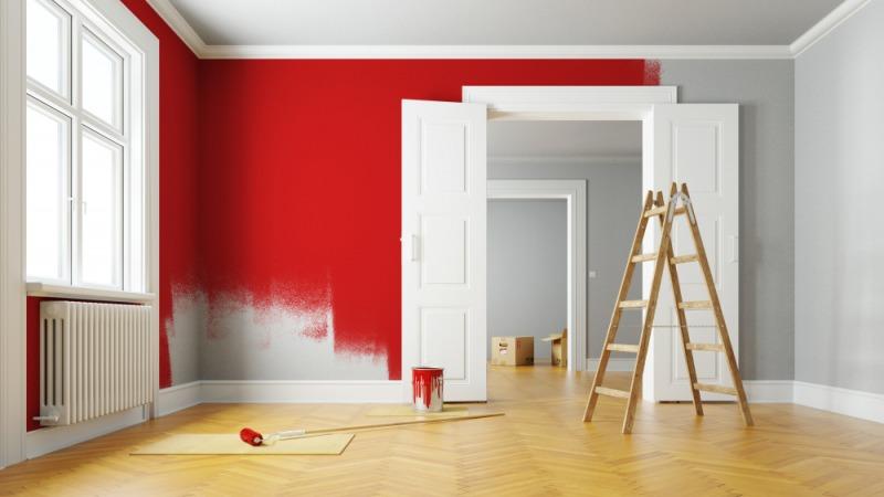 drabina w remontowanym mieszkaniu z czerwona sciana