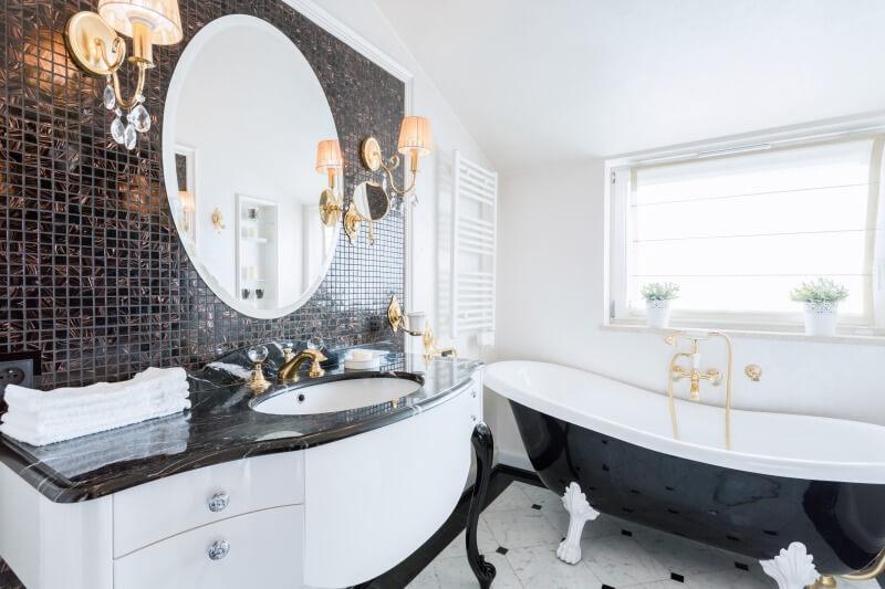czarno biała elegancka łazienka zwanną