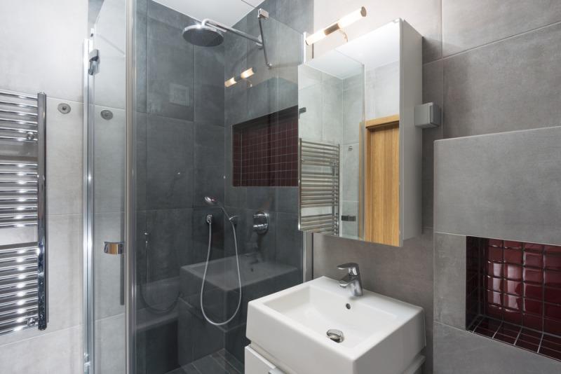 szara łazienka zlustrem iprysznicem