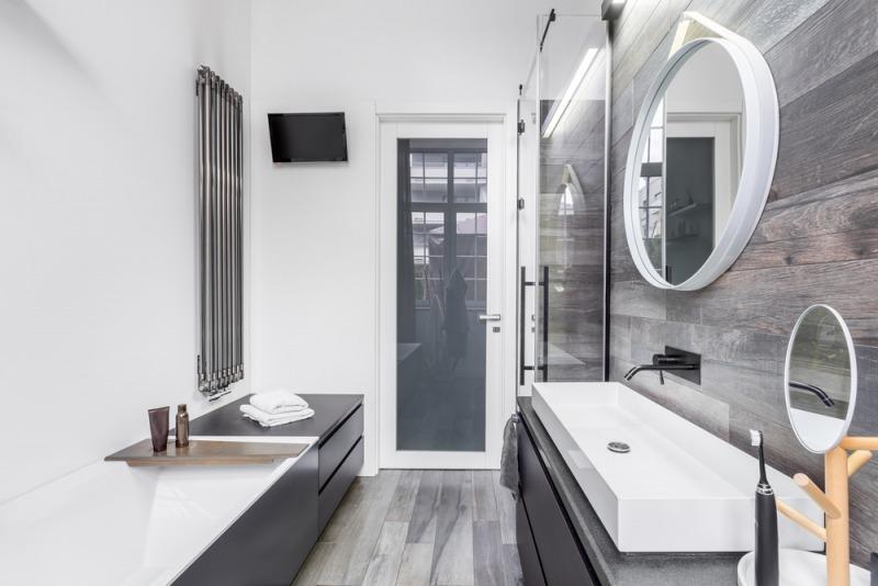 biało czarna łazienka zwanną