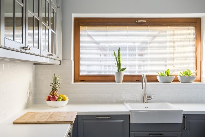 drewniane okno wnowoczesnej kuchni