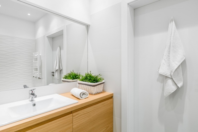 biała łazienka zdrewnianym blatem