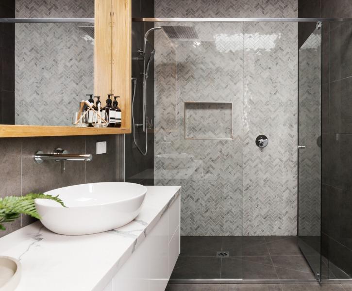 szara łazienka zprysznicem