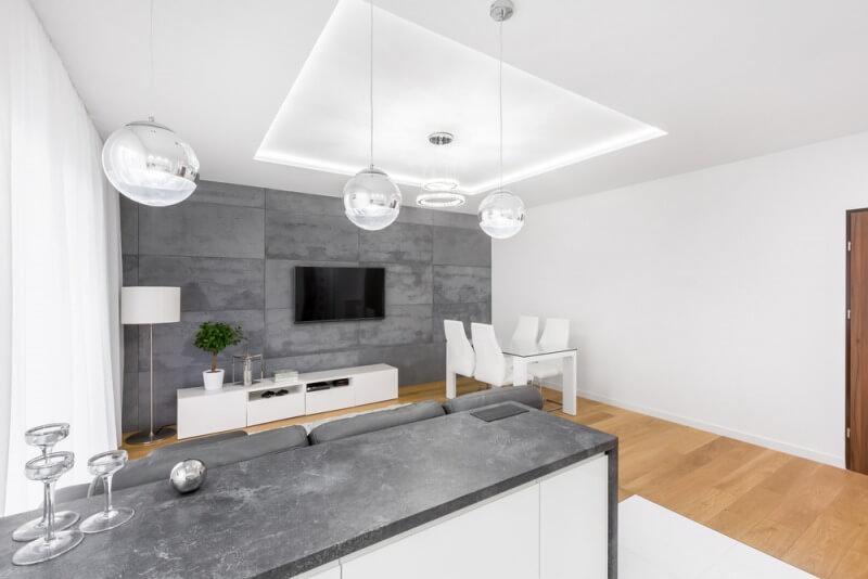 nowoczeny salon zkuchnia ipodwieszanym sufitem