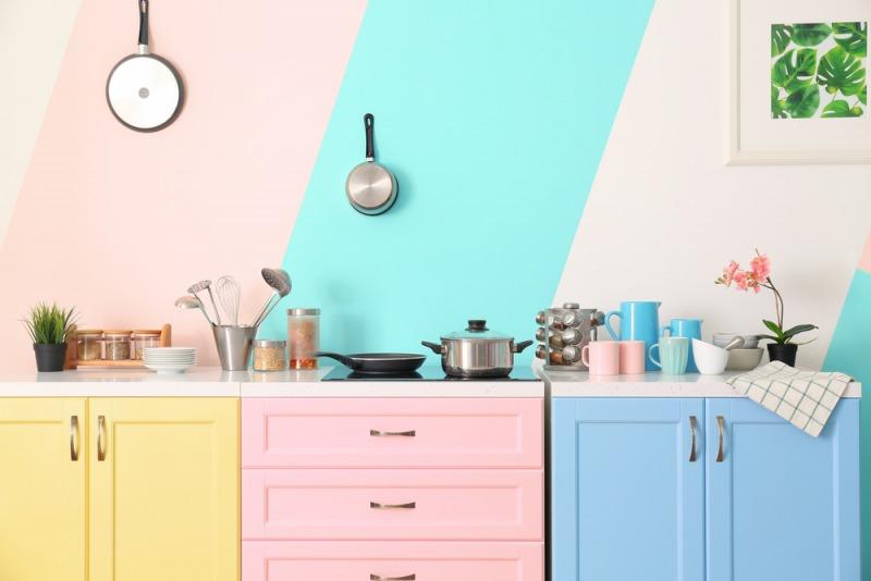 kuchnia z kolorowymi ścianami i meblami