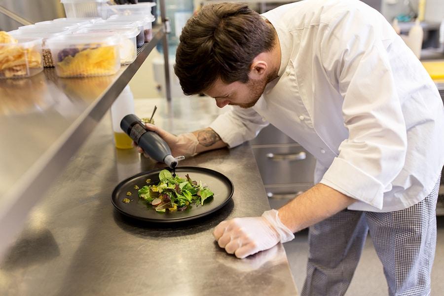 przygotowywanie posiłku nablacie ze stali nierdzewnej