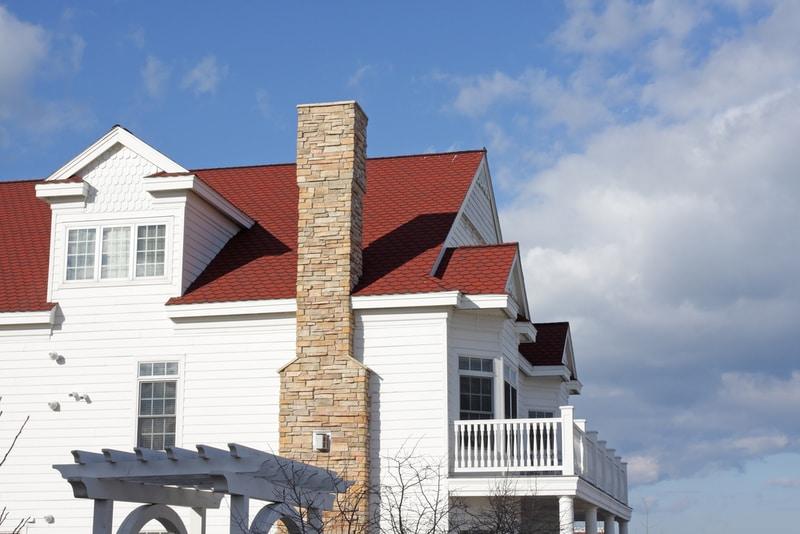 zewnętrzny komin zcegły nabiałym domu